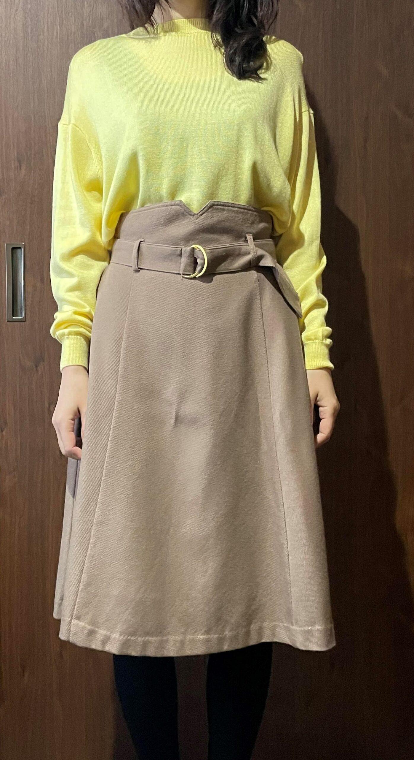 黄色×ベージュスカート