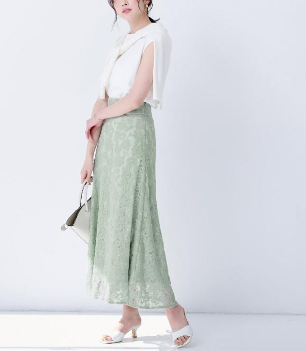 絶妙なくすみカラーが上品な華やかレースのセミフレアスカート